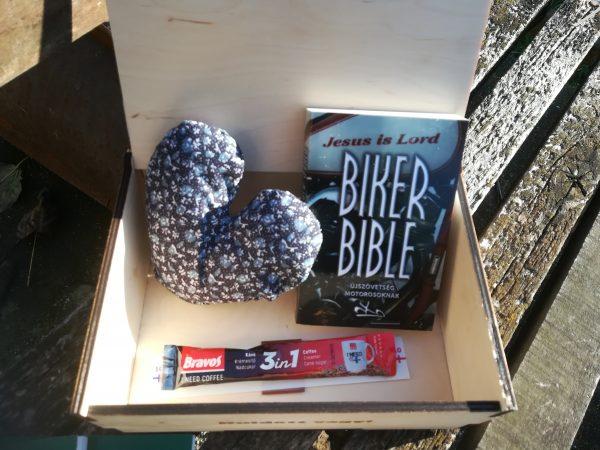 vajas-misszios-doboz-ajandek-szivparna-kereszteny-motorosok-altal-kiadott-biblia-szemelyes-evangelizalas